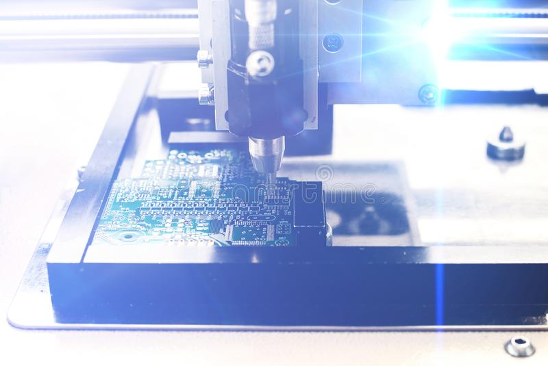 未来技术的概念 与视觉效果的计算机板在一个未来派样式 机器的自动化 免版税图库摄影