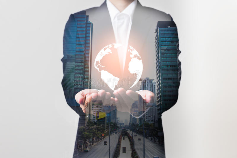 未来技术网络概念,拿着全世界网络的商人 免版税库存图片