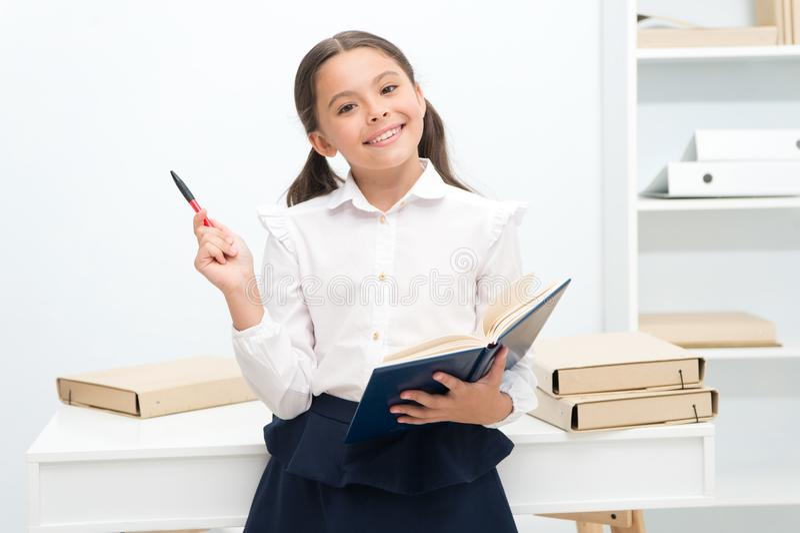 未来概念 愉快的女孩为未来考试学会 与微笑的未来学生研究 以后的远期 免版税库存照片