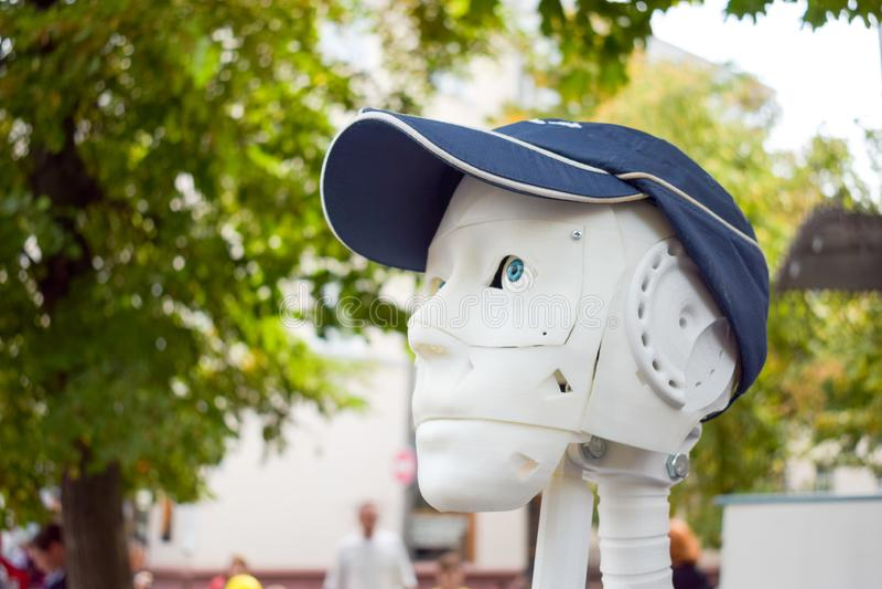 未来派人,在3d打印机打印的白色机器人 免版税库存照片