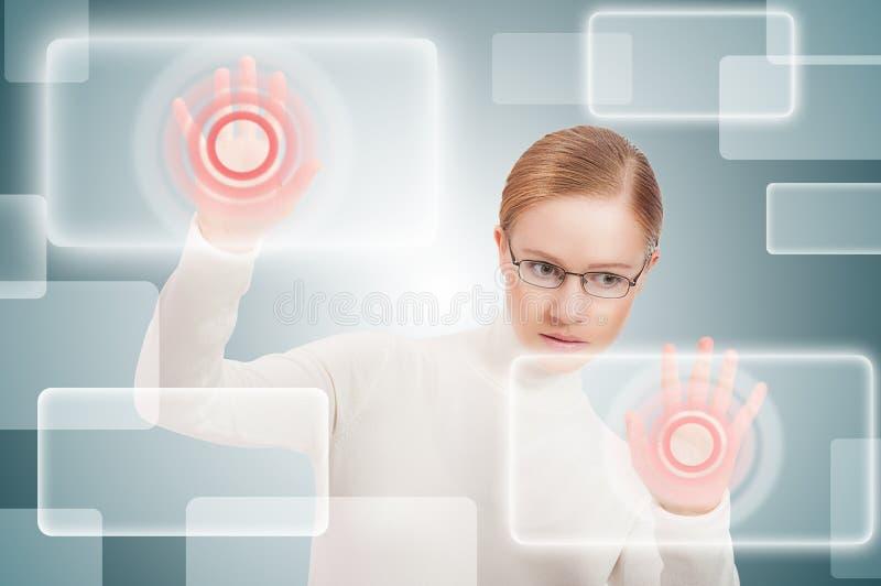 未来派企业概念。 在虚拟靶垛的现代妇女推进 免版税图库摄影