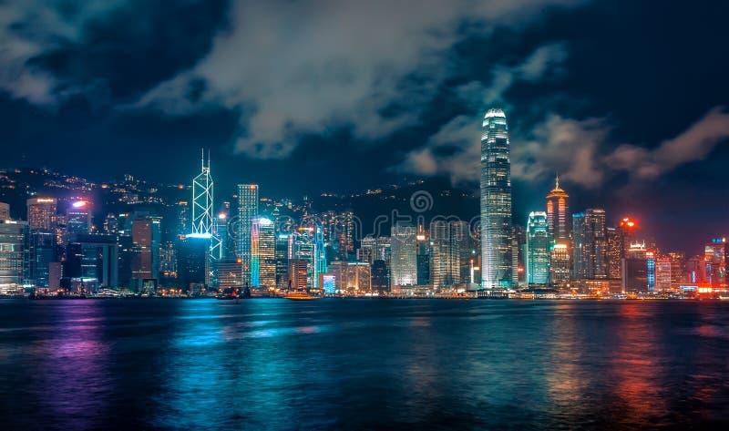 未来派城市地平线在与五颜六色的光和反射,香港的晚上 库存照片