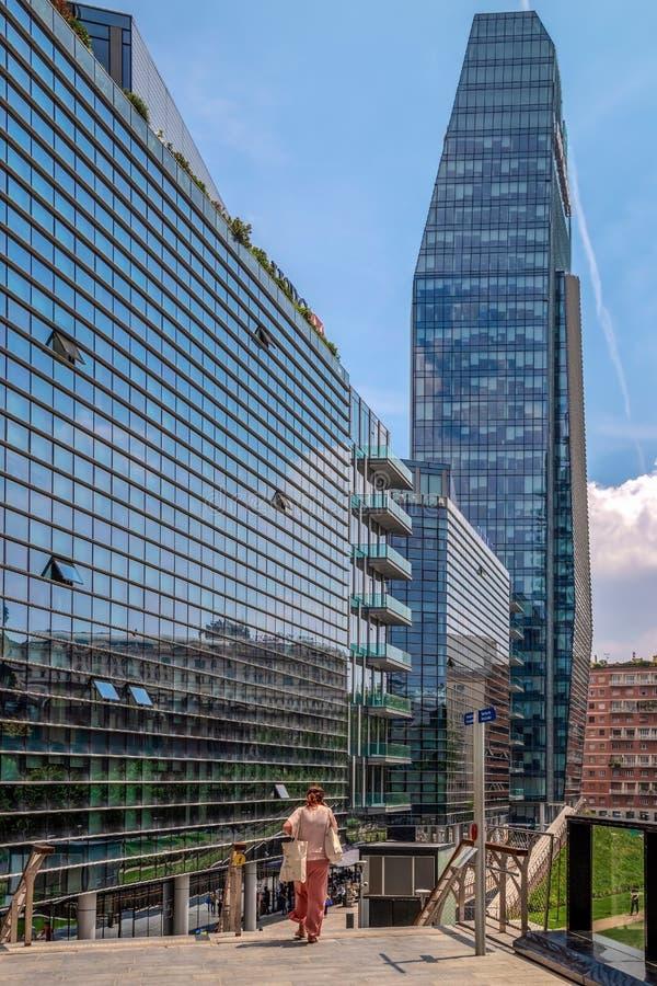 未来派摩天大楼在波尔塔Nuova区,米兰,意大利 免版税库存图片