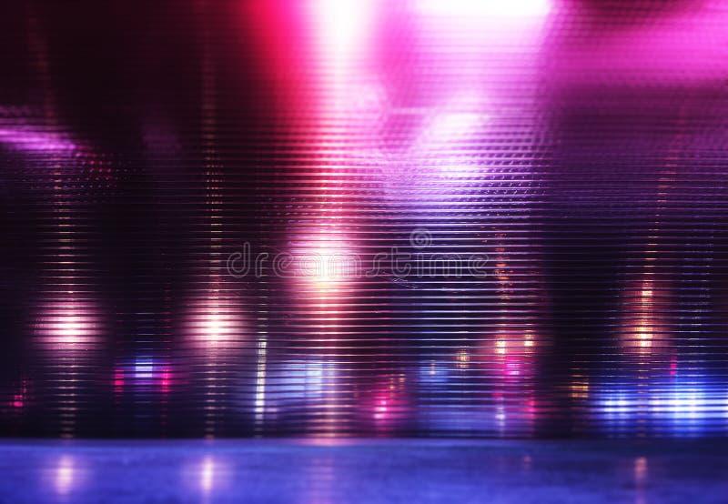未来派桃红色和城市的紫色霓虹夜光 向量例证