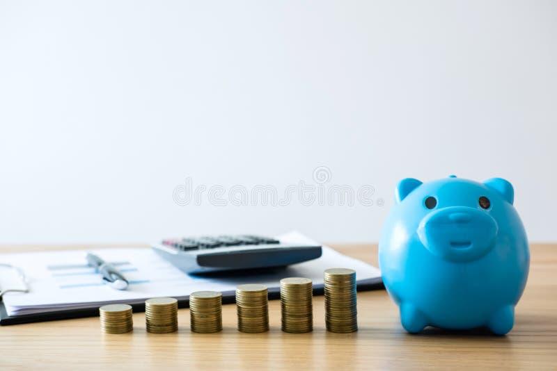 未来的攒钱,硬币堆为提高增长的事务 免版税库存图片