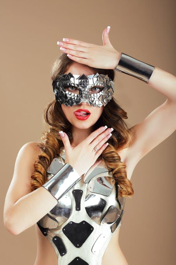 未来主义 宇宙面具和金属做作服装打手势的机器人妇女 免版税库存照片