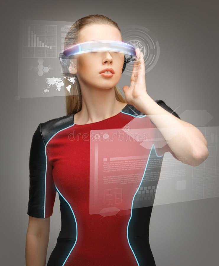 戴未来派眼镜的妇女 库存照片