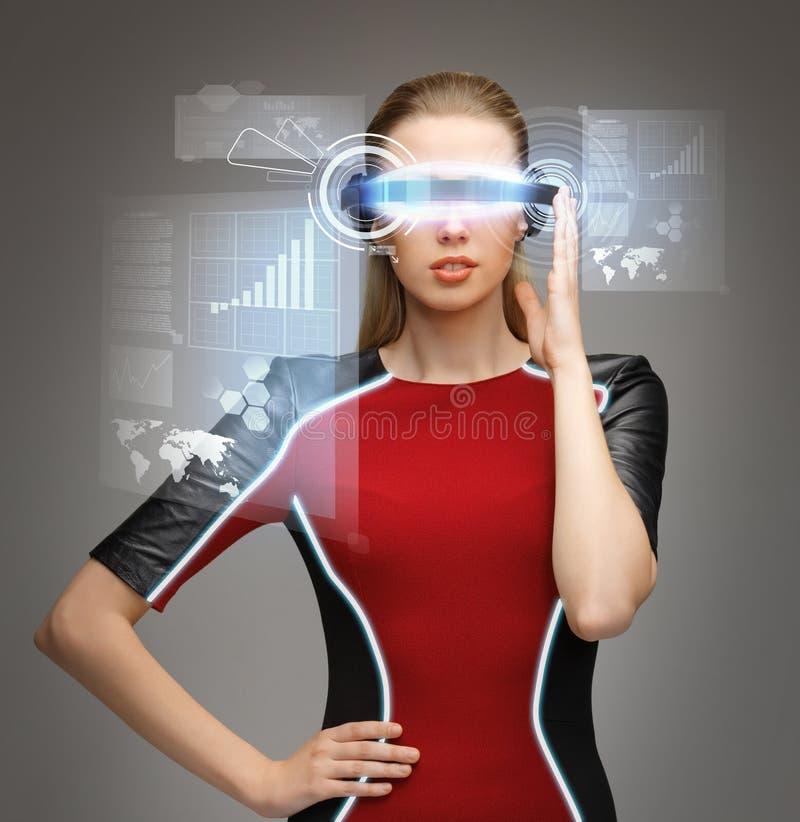 戴未来派眼镜的妇女 图库摄影