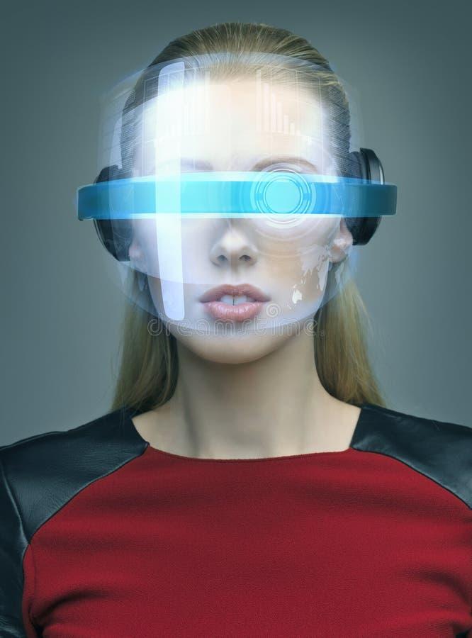 戴未来派眼镜的妇女 免版税库存图片