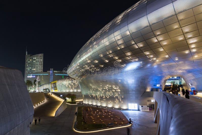 未来派Dongdaemun设计广场在汉城在晚上 免版税库存图片