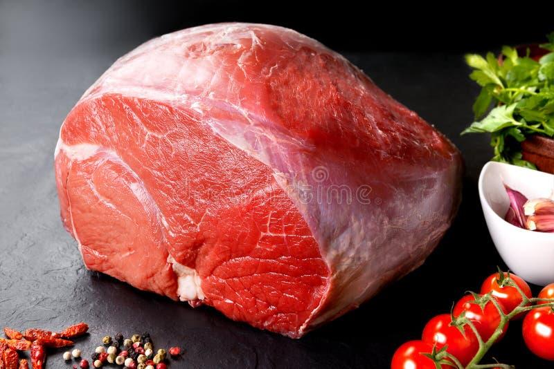 未煮过的新鲜的猪肉和牛肉 未加工的红肉片断有黑背景 免版税图库摄影