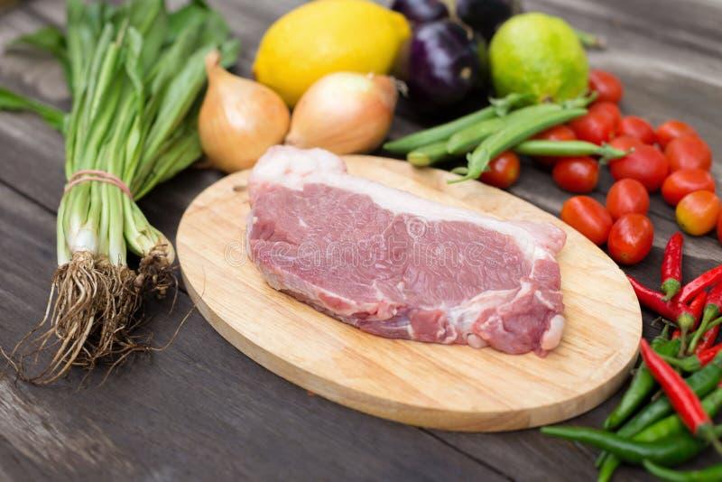 未煮过的肉未加工的新鲜的牛肉准备好对烹调与葱parsle 免版税库存照片