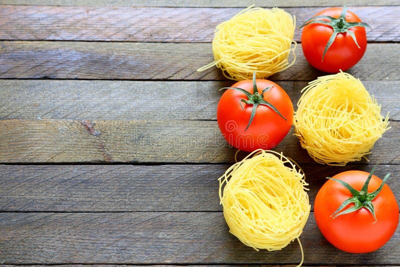 未煮过的面团和新鲜的蕃茄 免版税图库摄影