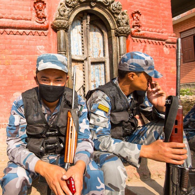 未知的尼泊尔战士在公立学校附近武装警察 免版税库存照片