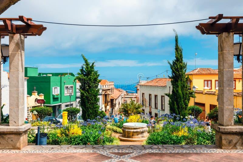 未知的游人参观劳罗塔瓦镇,特内里费岛,加那利群岛 免版税库存图片