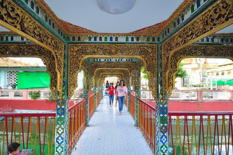 未知的游人参观Botataung塔寺庙  库存照片