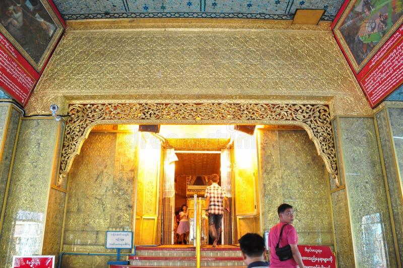 未知的游人参观Botataung塔寺庙  免版税图库摄影