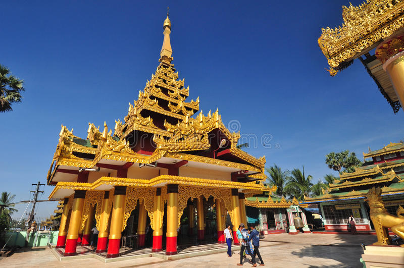 未知的游人参观Shwe鱼鳔Daw塔, Bago, M寺庙  免版税库存照片