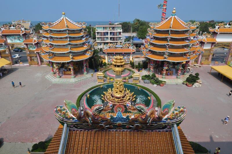 未知的游人在春武里市,泰国参拜中国人寺庙 库存图片