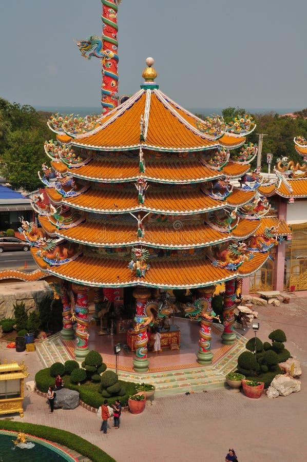 未知的游人在春武里市,泰国参拜中国人寺庙 库存照片