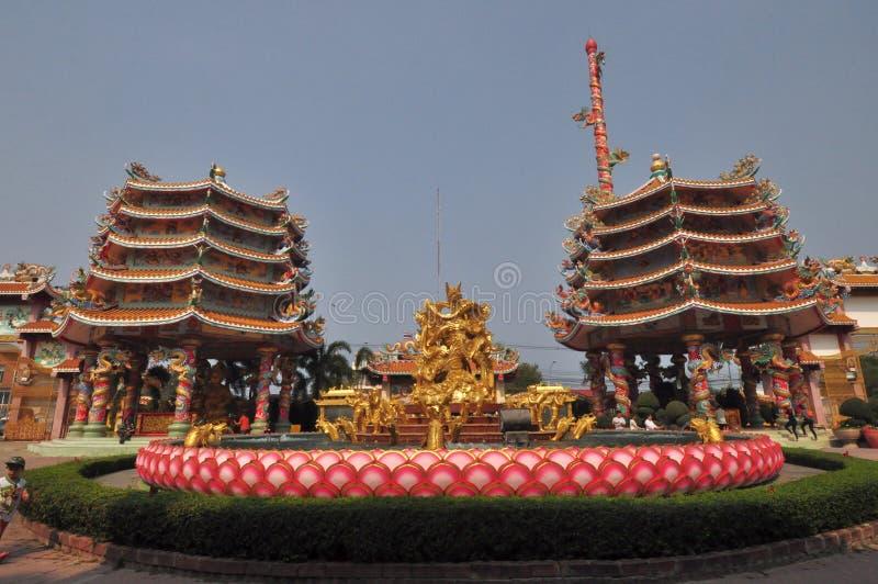 未知的游人在春武里市,泰国参拜中国人寺庙 免版税库存图片
