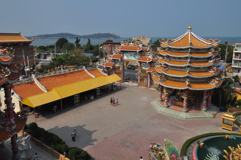 未知的游人在春武里市,泰国参拜中国人寺庙 免版税库存照片