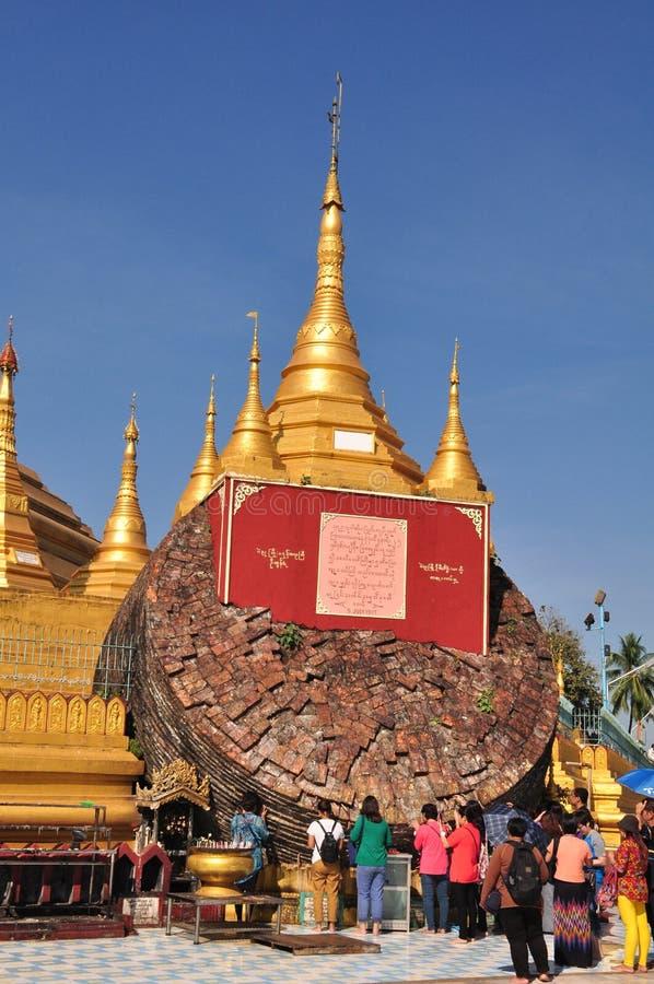 未知的游人在仰光,缅甸参观Shwe鱼鳔Daw塔 库存照片