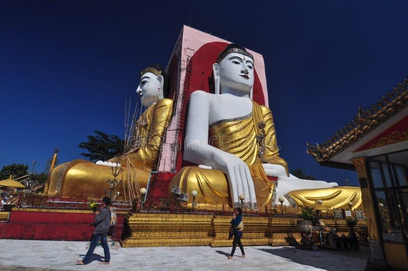 未知的游人在Kyaik双关语塔,缅甸祈祷 库存图片