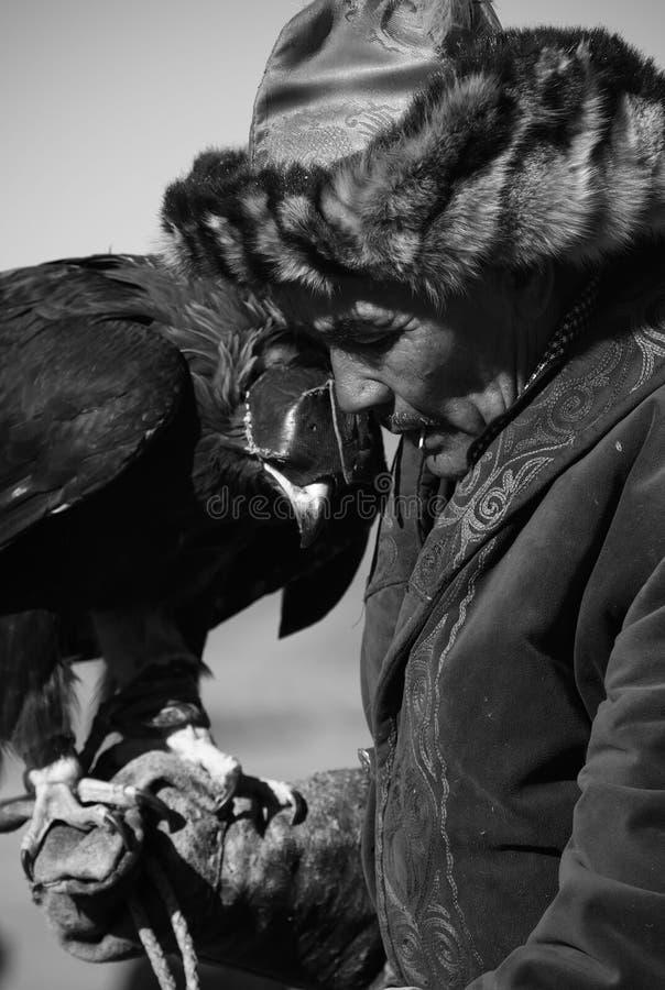 未知的猎人显示为猎鹰训练术被训练的他的鹫 免版税库存照片