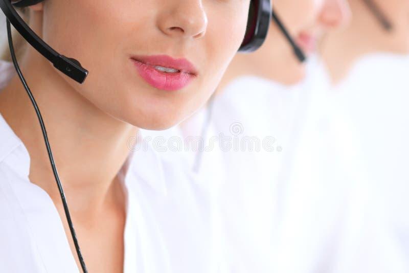 未知的电话中心操作员在工作 在美女嘴唇的焦点 免版税图库摄影