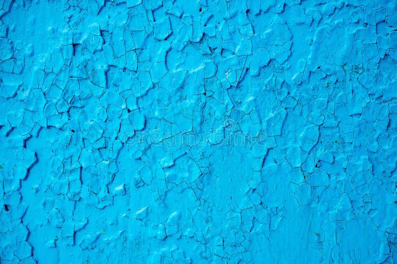 未经治疗的表面上的蓝色油漆,蓝色油漆的纹理不正确地申请了 库存图片