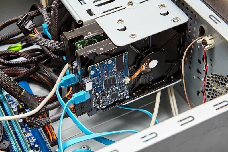 未装配个人计算机有硬盘和缆绳的 库存图片