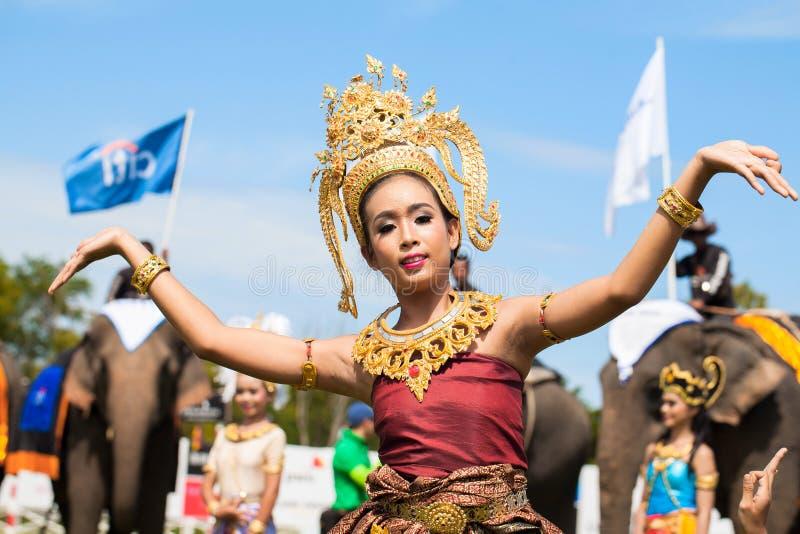 未认出泰国舞蹈家跳舞 大象在2013年泰王杯大象马球比赛期间的马球比赛2013年8月28日在Suri 库存图片