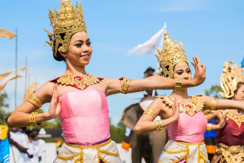 未认出泰国舞蹈家跳舞 大象在2013年泰王杯大象马球比赛期间的马球比赛2013年8月28日在Suri 免版税库存图片