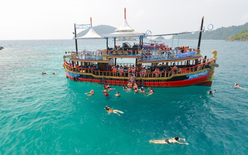 未认出的与游览汽船的旅行旅游人佩戴水肺的潜水 免版税库存图片
