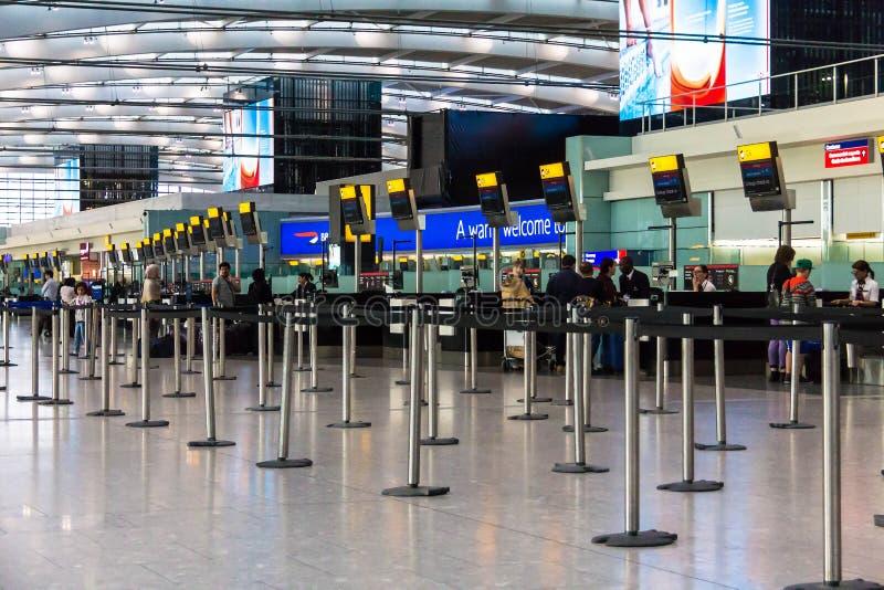 未认出的人一致希思罗机场主要终端休息室  报到地区 大厦王国伦敦老塔团结的维多利亚 库存照片