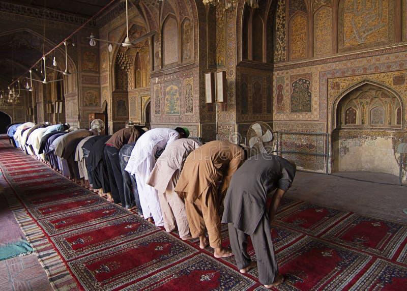 未认出的人在Wazir可汗清真寺,拉合尔巴基斯坦祈祷 图库摄影