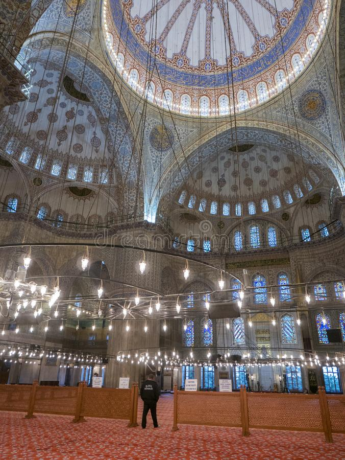 未认出的人散步在Sultanahmet清真寺里面 免版税库存照片