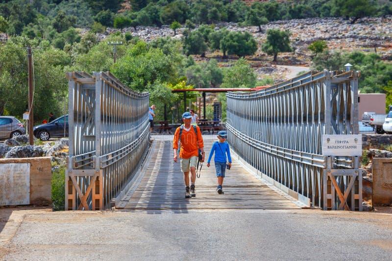 未认出的人民参观在Aradena峡谷的著名桁架桥在克利特海岛,希腊上 免版税库存照片