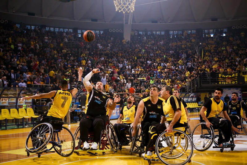 未认出的人民打basketbal轮椅一场友好的比赛  库存图片
