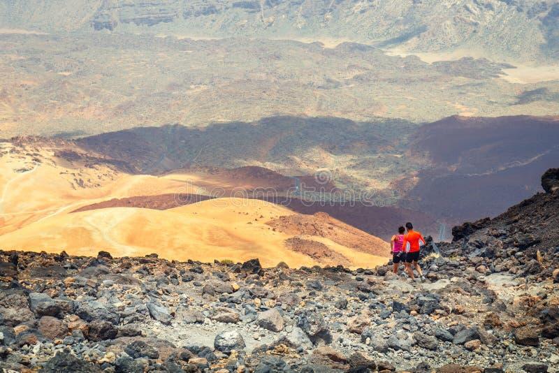 未认出的人民从El泰德峰火山,特内里费岛,西班牙的顶端跑 免版税库存图片