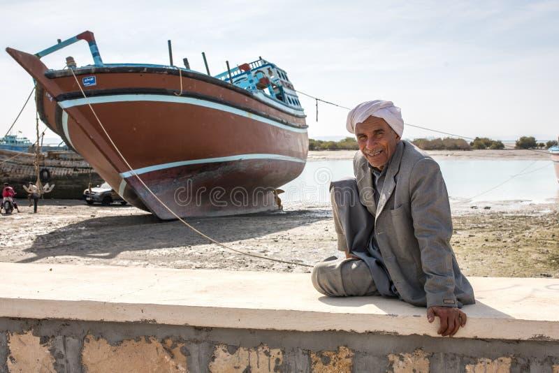 未认出的伊朗人的画象在格什姆岛海岛上的 图库摄影