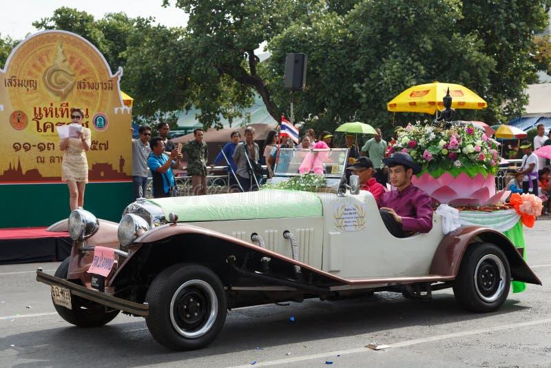 未认出的古董车参加游行盛大打开菩萨传统蜡烛队伍节日  图库摄影