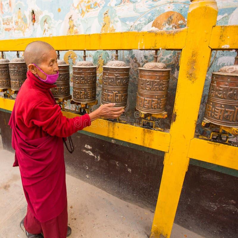未认出的和尚画象在stupa Boudhanath附近的 库存图片