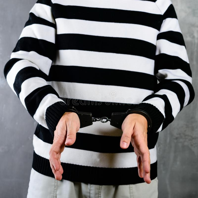 未认出的囚犯正面图监狱的剥离了制服s 库存图片