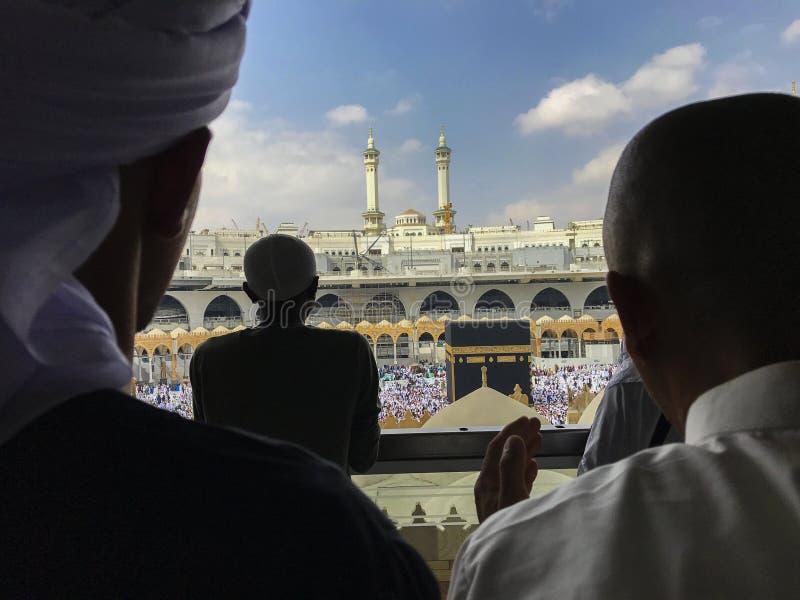 未认出的回教人做一个祷告清真寺外 免版税库存图片