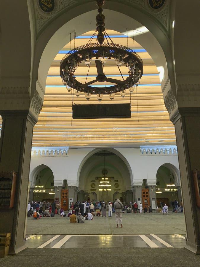 未认出的回教人祈祷并且休息在渠坝清真寺里面 免版税库存图片