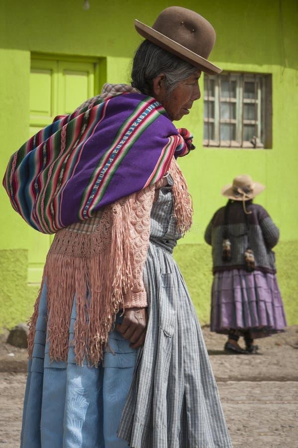 未认出的土产妇女在圣佩德罗火山在Titikaka湖,玻利维亚-南美的de Tiquina小村庄  免版税库存照片