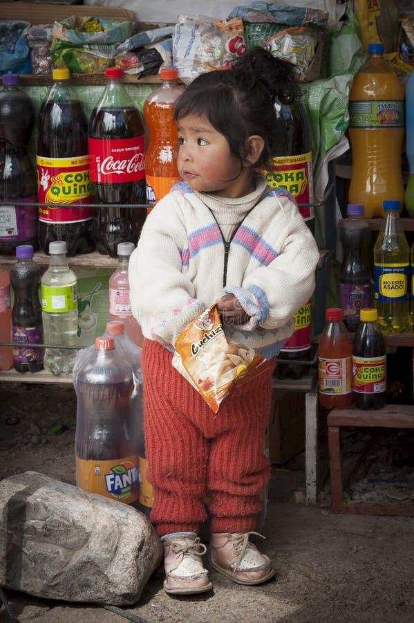 未认出的土产孩子在圣佩德罗火山在Titikaka湖,玻利维亚-南美的de Tiquina小村庄  免版税图库摄影
