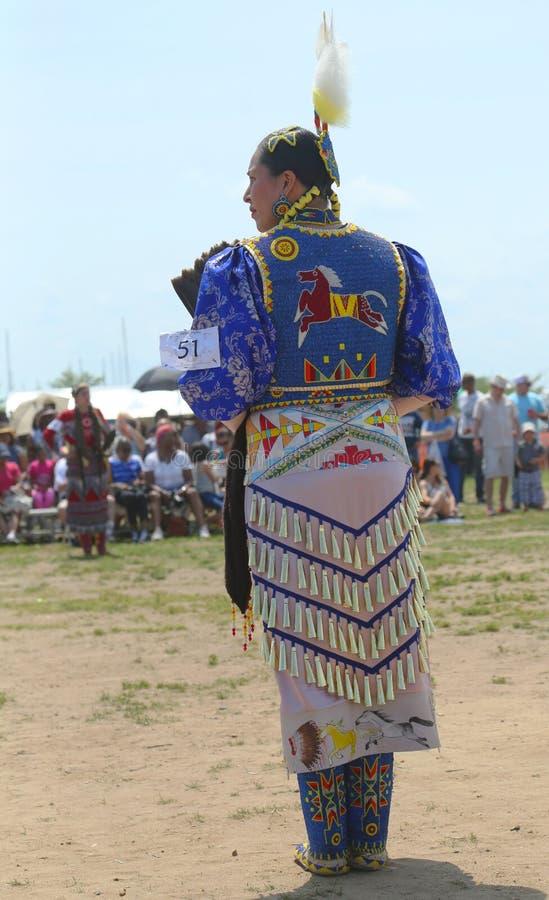 未认出的女性美国本地人舞蹈家穿传统战俘Wow礼服 免版税库存图片